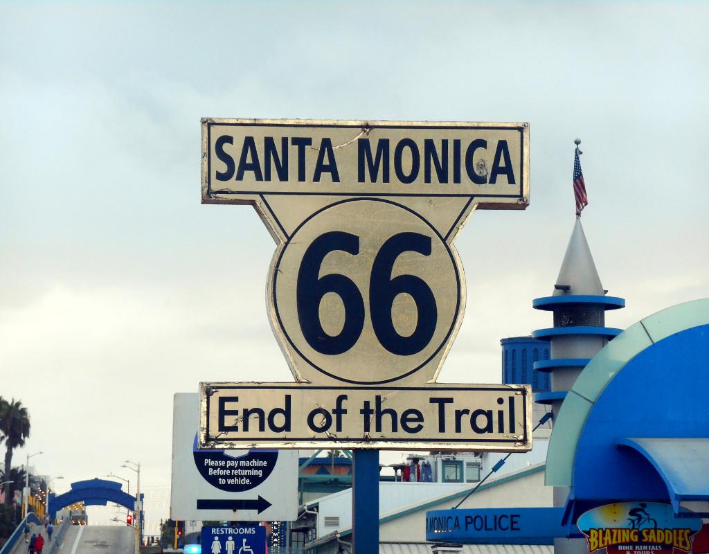 Il cartello che segnala la fine della mitica Route 66 sul Santa Monica Pier