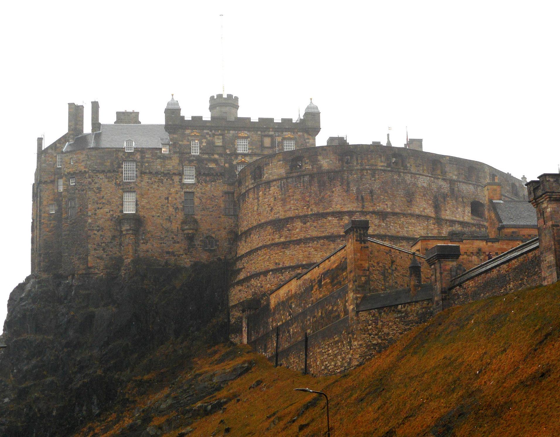 Il castello di Edimburgo arroccato