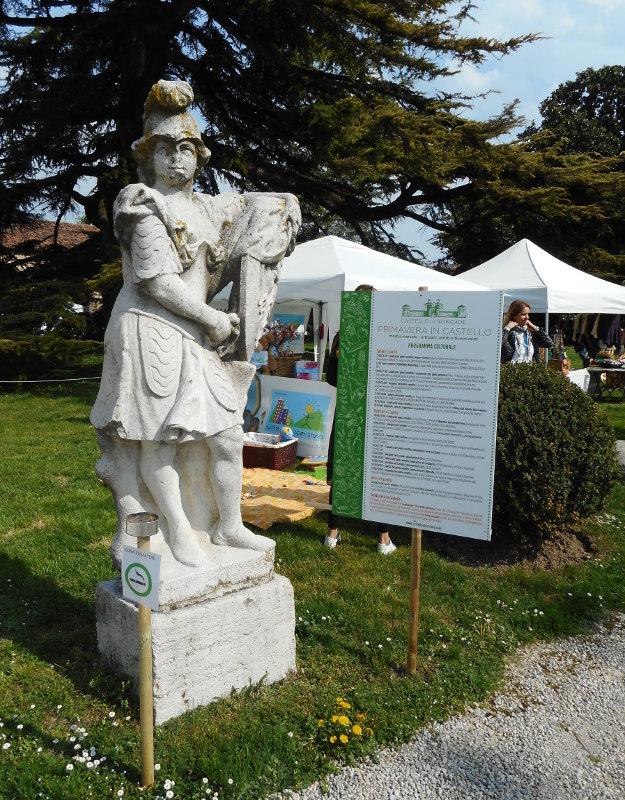 La statua con il programma dell'evento