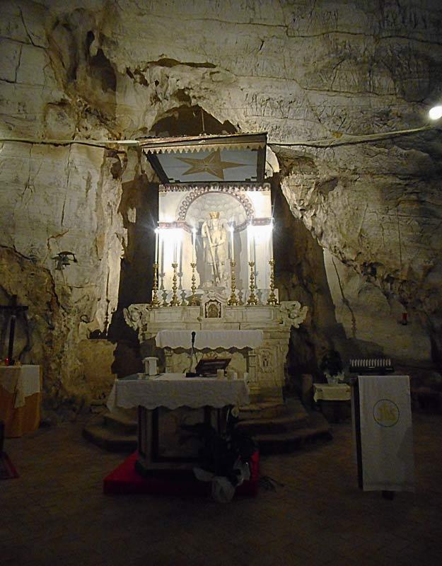 L'altare principale nella grotta di San Michele Arcangelo