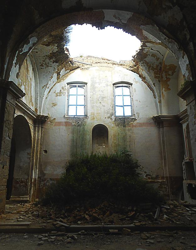 L'interno della chiesa di Craco