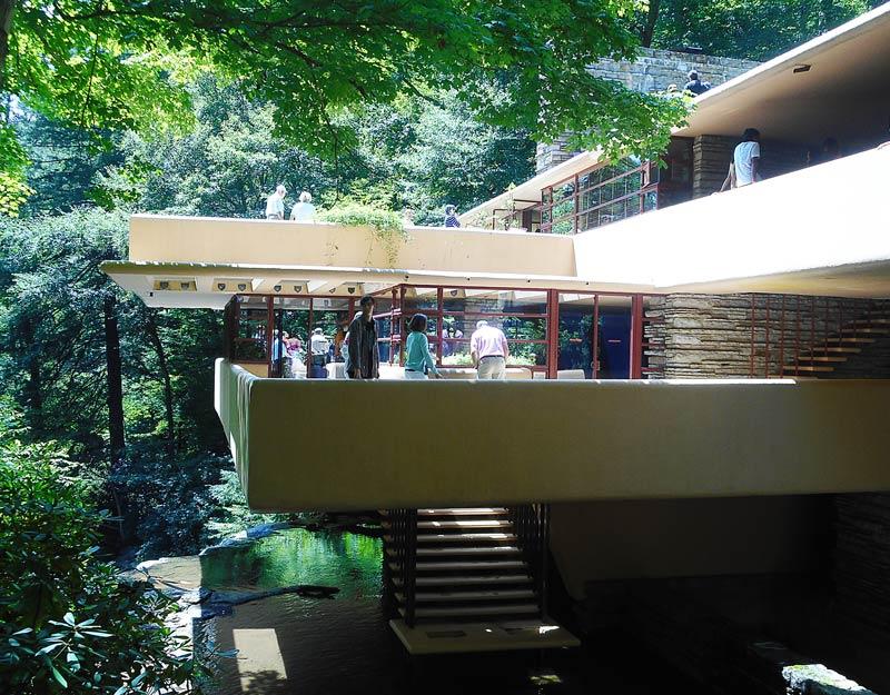 Perch visitare la casa sulla cascata di frank lloyd for Frank lloyd wright piani casa della prateria