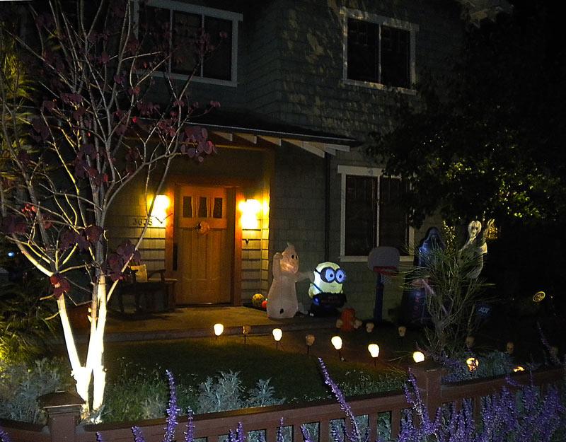 Minions tra le decorazioni di Halloween a Los Angeles