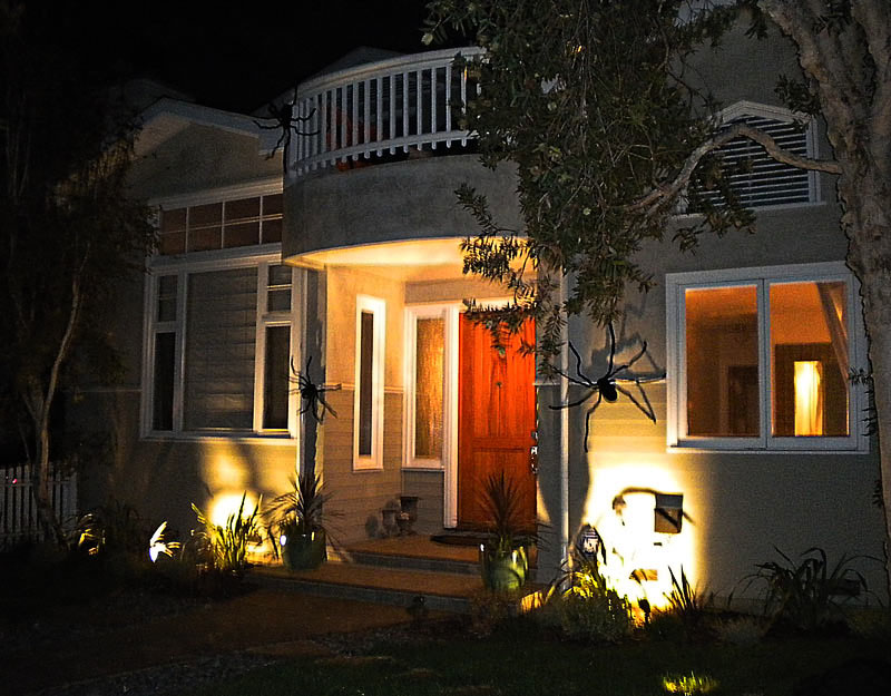 Decorazioni con ragni a Los Angeles per Halloween