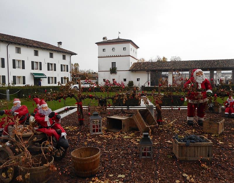 Babbi Natale in giardino