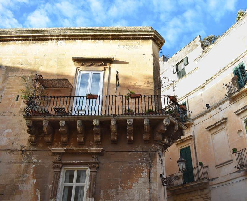 Balcone di un palazzo nel centro storico di Lecce