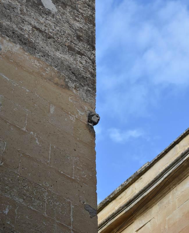 Testa di donna in un palazzo a Lecce