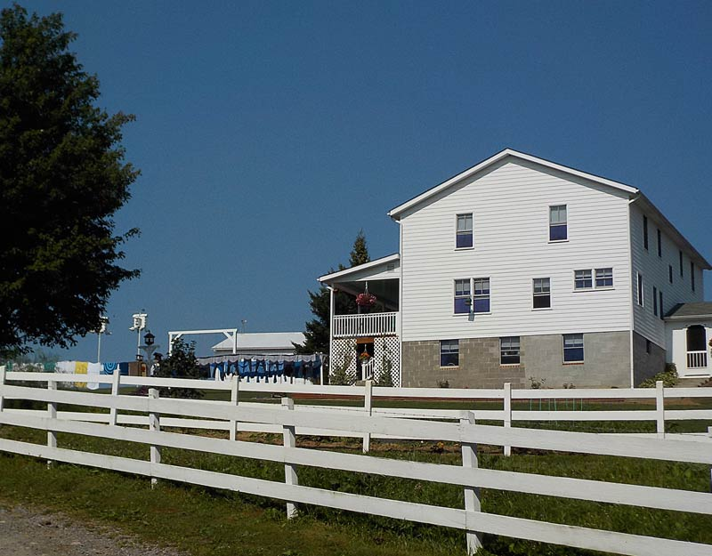 Vestiti Amish appesi a stendere