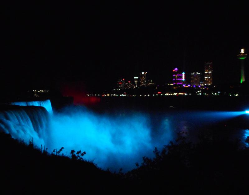 Le cascate del Niagara illuminate a notte