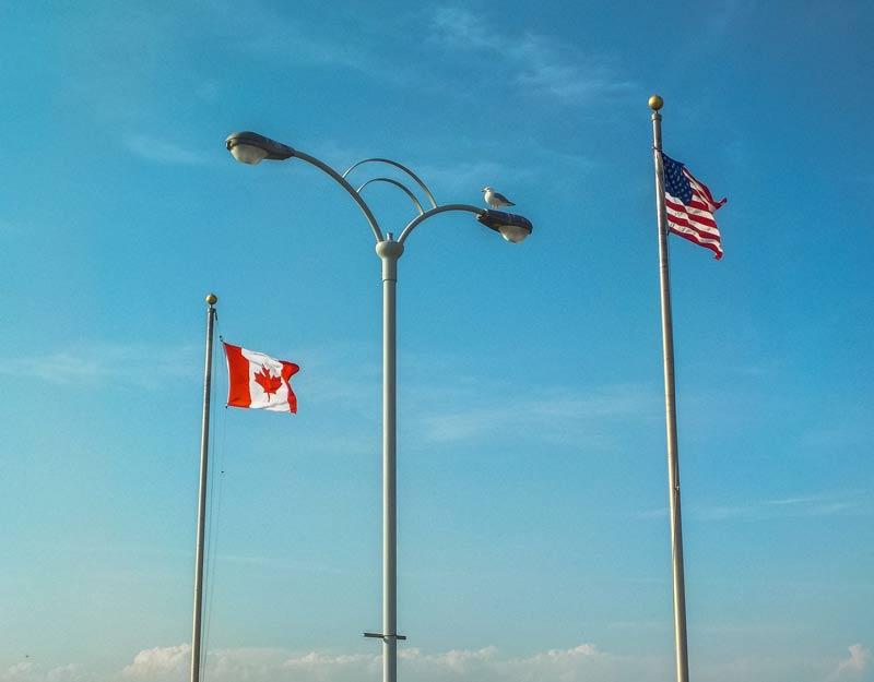 Le bandiere al confine tra Usa e Canada