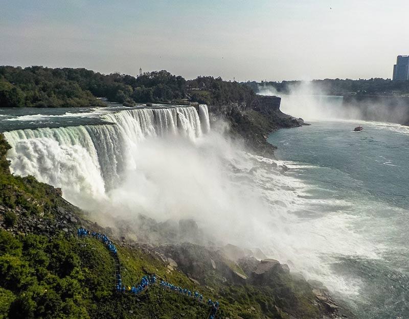 Fila di persone appena scese dal Maid of the Mist alle Cascate del Niagara
