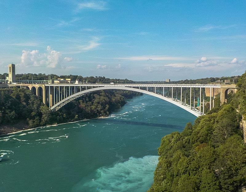 Il Rainbow Bridge sulle cascate del Niagara