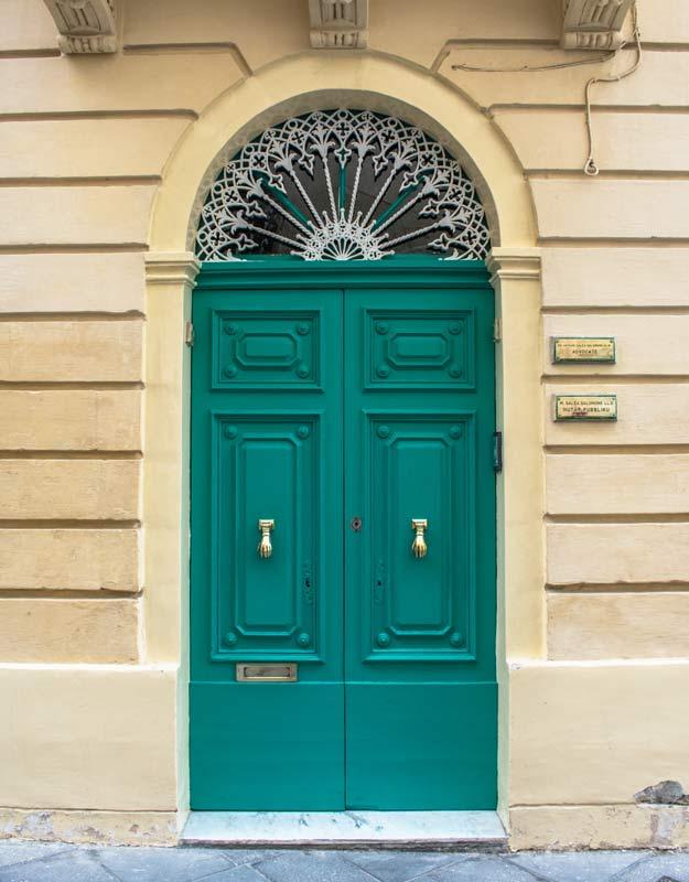 Porta di Malta con battente a forma di mano