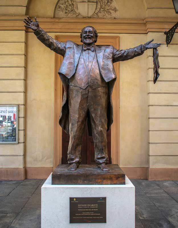 Statua di Pavarotti a Modena