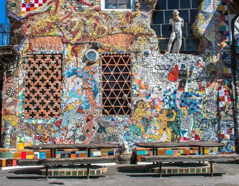 Mosaici su un muro della Metelkova