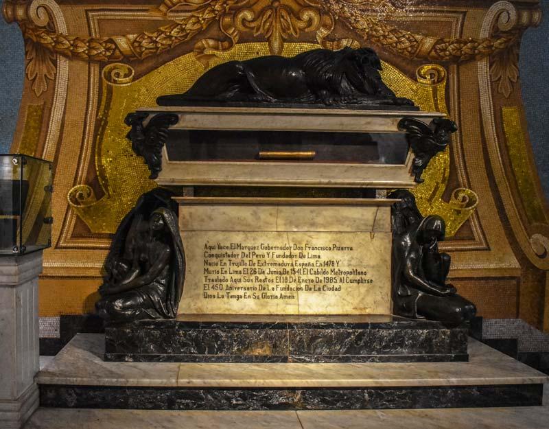 La tomba di Francisco Pizarro nella cattedrale di Lima