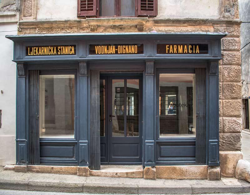 Un negozio chiuso a Dignano