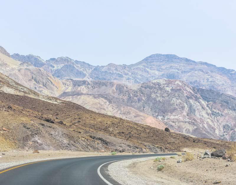Strada lungo la Death Valley