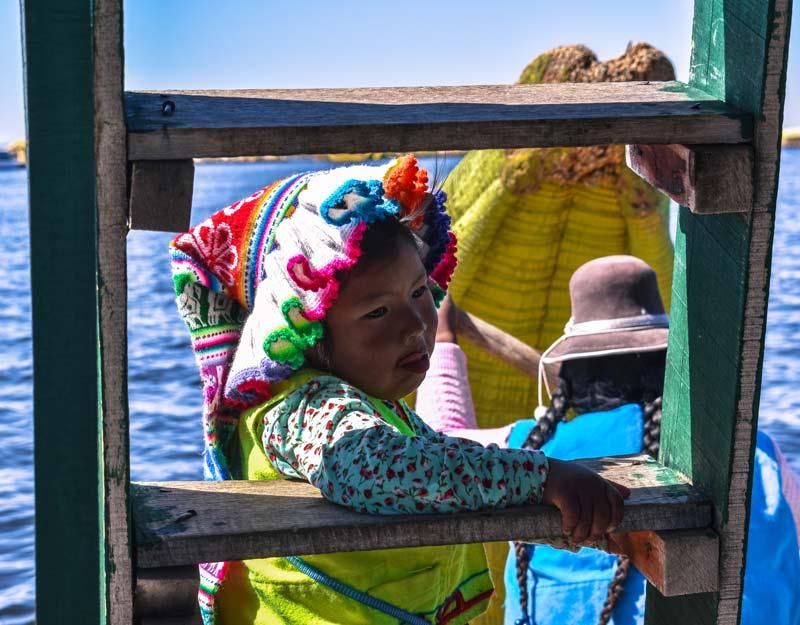 Una bambina delle isole galleggianti Uros