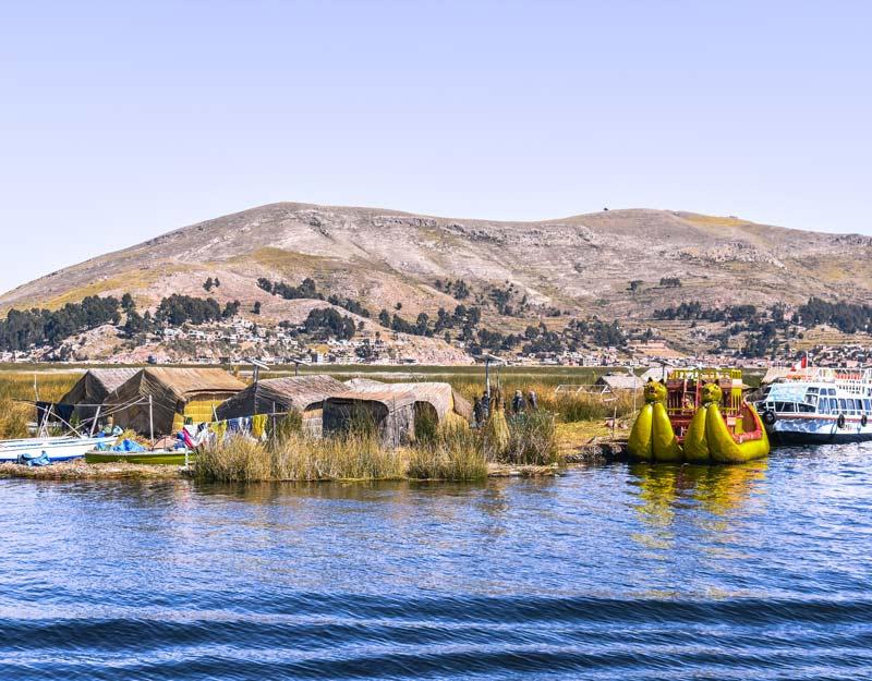 Le imbarcazioni tipiche delle isole Uros sul Lago Titicaca