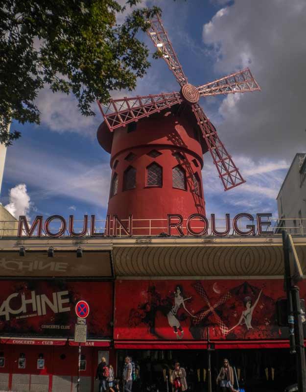 Viaggiare nel tempo a Parigi: il Moulin Rouge