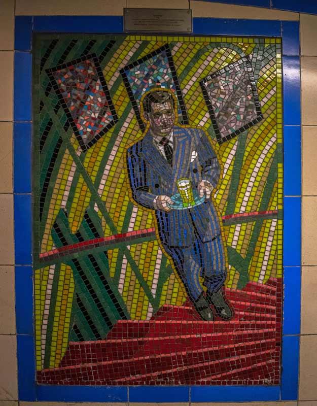 """Il mosaico de """"Il sospetto"""" di Hitchcock a Leytonstone, Londra"""