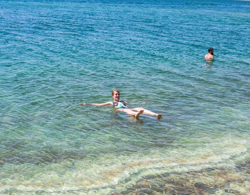 Galleggiare nel Mar Morto