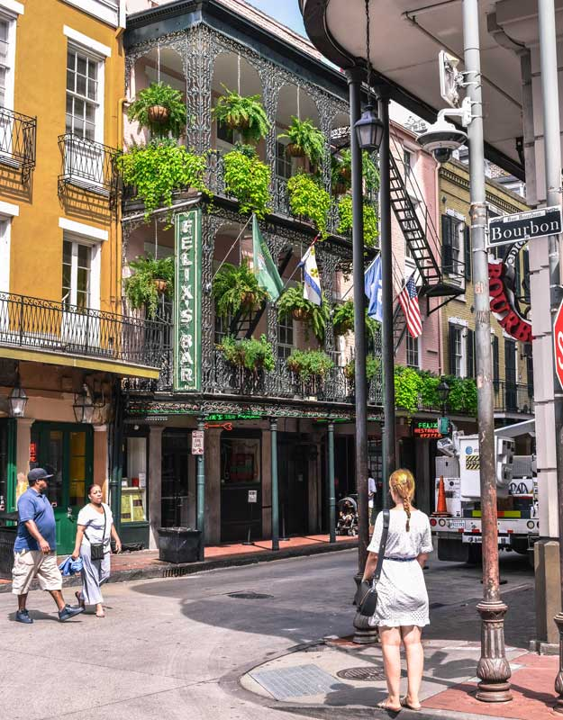 Passeggiare per Bourbon Street a New Orleans